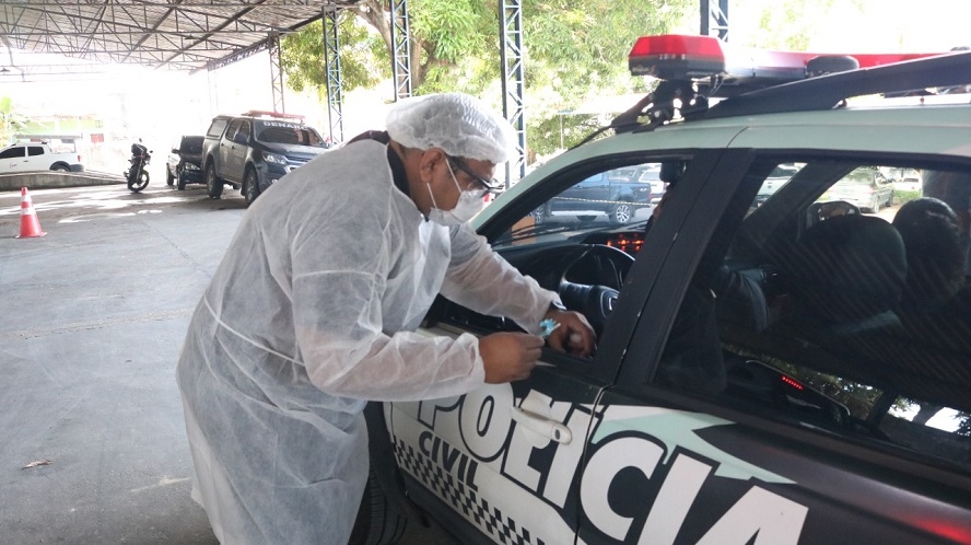 Policiais civis e bombeiros são vacinados em sistema 'drive-thru'