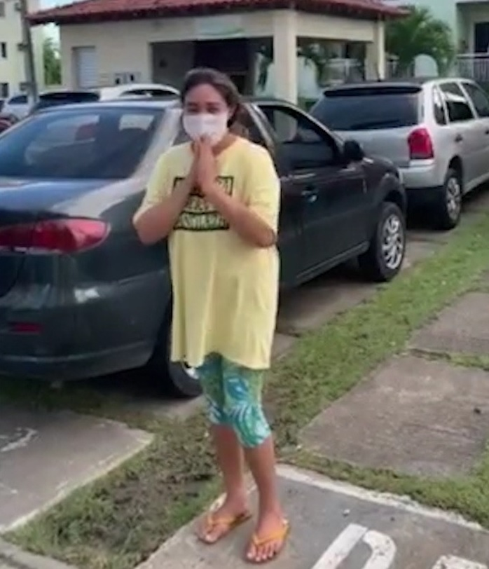 Paciente que passou 26 dias em estado grave no Delphina Aziz volta para casa e é recebida com aplausos pela vizinhança