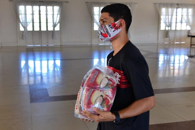Governo do Amazonas entrega cestas básicas a artistas cadastrados em mapeamento