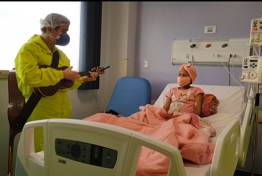 Médicos usam musicoterapia para auxiliar na recuperação de pacientes com Covid-19 no Hospital Delphina Aziz