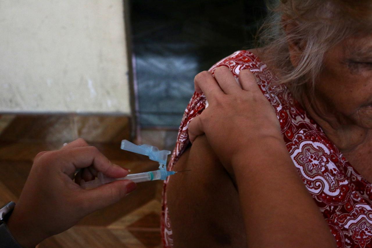 Com apoio da Sejusc, idosos com 70 anos ou mais são vacinados nesta segunda-feira (22/02)