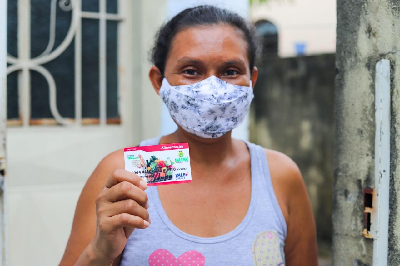 Diarista do Aleixo é a primeira chefa de família a receber o Auxílio Estadual