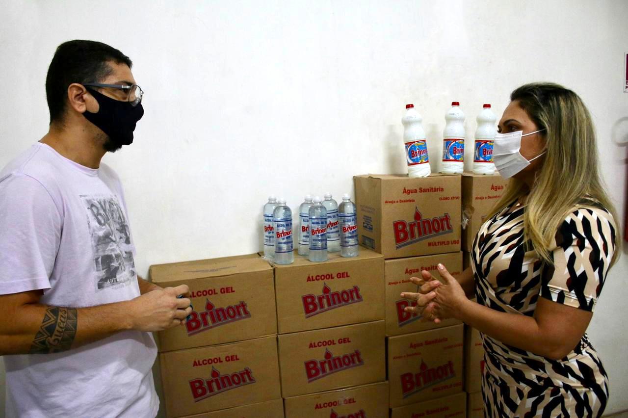Sejusc recebe doação de álcool em gel e água sanitária para idosos em vulnerabilidade